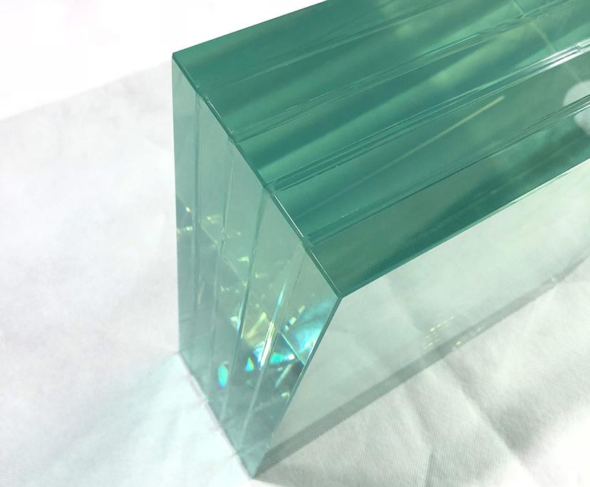 شیشه لمینت با توجه به تنوع در نوع و طرح و هم چنین ایمن بودن آن، در جاهای مختلفی از جمله ساختمان سازی و هم چنین اتومبیل سازی کاربرد دارد.