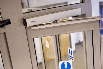..اپراتور درب اتوماتیک، وسیله ای است که باز و بسته کردن خودکار درب های اتوماتیک که جنسشان معمولا شیشه می باشد را ممکن می کند.