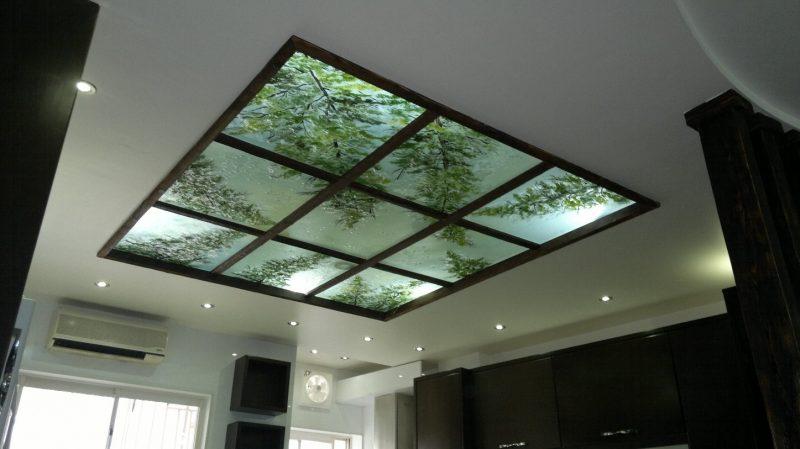 شیشه سکوریت از جنس شیشه معمولی می باشد، با این تفاوت که این شیشه ها دوباره پخته می شوند و تا نزدیک دمای ذوب شدن گرم می شوند و سپس به یکباره از دو طرفه شیشه، در تماس با جریان هوای یکنواخت سرد، سرد می شوند. این فرآیند باعث بروز فعل و انفعالات فیزیکی در شیشه شده و باعث می شود که این شیشه ایمن شود.